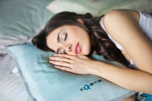 una de las mejores posturas para dormir es de lado